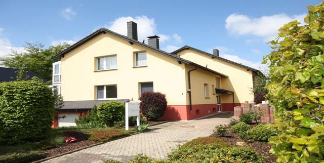 https://www.immobilienkontor-aachen.de/immobilienangebote.xhtml?id[obj0]=1369###Bestlage in Simmerath-Lammerdorf - helle, freundliche und großzügige Wohnung für das Paar oder die Einzelperson - ab 1.5.2019 zu vermieten. Die Wohnung wird frisch renoviert übergeben - also: einziehen und wohlfühlen !  Diese ca. 66 m² große Wohnung im 1. OG eines 1970 erbauten, 2004 kernsanierten und energetisch optimierten 4 Familienhauses vermittelt ein sehr angenehmes Wohngefühl. Sie verfügt über einen großen nach Südwest ausgerichteten Wohnraum mit angeschlossenem, beheiztem Wintergarten.  Die großen doppelverglasten Fensterelemente lassen viel Tageslicht in den Lebensbereich und vermitteln auch durch das grüne Umfeld Urlaubsflair. Selbstverständlich kann der gemeinschaftliche Garten mitgenutzt werden. Das Grundstück ist eingefriedet.  Neben dem Wohnraum mit Zugang zum Wintergarten gibt es einen Schlafraum, eine Küche, ein hell gefliestes Duschbad mit modernem Handtuchheizkörper, einen Abstellraum und natürlich eine Diele. Von der Diele gelangt man über eine Ausziehtreppe in den Spitzboden, der jedoch nicht für Wohnzwecke geeignet ist.  Platz für die Waschmaschine (eigene Zähler) findet sich im gemeinschaftlich nutzbaren Wasch-/Trockenkeller mit Gartenzugang.  In diesem Haus lebt es sich nicht zuletzt aufgrund des guten Mieterklientels, der unmittelbar angrenzenden Natur und den fußläufig schnell erreichbaren Geschäften des täglichen Bedarfs ausgezeichnet.  Energieausweis Art: Verbrauchsausweis Gültig bis: 20.02.2028 Endenergieverbrauch: 120.00 kWh/(m²*a) Wesentlicher Energieträger: Öl