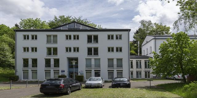 Repräsentative, hochwertig ausgestattete Bürofläche auf der 1. Etage eines 1992 erstellten Bürogebäudes in Kornelimünster ab zu vermieten - verkehrsgünstig gelegen - herausragendes Preis-/Leistungsverhältnis ! Bürofläche von 28,00 m² mit 260,00 € Kaltmiete incl. PKW-Stellplatz ! in parkähnlicher Umgebung zu vermieten  Der gepflasterte Aussenbereich des Geländes mit Parkzonen und die hervorragende Verkehrsanbindung überzeugen zusätzlich.  Ob Ingenieur-/Architekturbüro, Unternehmensberatung, IT-Consulting, Versicherungsbüro etc. - in dieser wunderschön restaurierten, denkmalgeschützten Immobilie fühlen sich Kunden und Mitarbeiter wohl.  Der Park mit großem Teich läd Sie zur Entspannung ein - zwischendurch.  Im Jahr 2006 wurde das Gebäude mit viel Liebe zum Detail von Grund modernisiert. Dabei wurden nicht nur neueste, technische Standards realisiert (Datenverkabelung, Brandschutz etc.), sondern auch viel Wert auf ein angenehmes Raumgefühl gelegt.  Das besondere Ambiente dieses niveauvollen Objekts wird bereits beim Eintritt spürbar. Moderne Stilelemente und hochwertige Baustoffe verbinden sich mit historischen, restaurierten Bauelementen.  Entspannung und Inspiration finden Mitarbeiter und Kunden auch außerhalb des Gebäudes, direkt vor der Haustür. Der historische Ortskern von Kornelimünster mit Korneliusmarkt, der Abteigarten, die Reichsabtei mit der Dauerausstellung zeitgenössischer Kunst und die Bergkirche St. Stephanus laden zum Schlendern und Staunen ein. In den hübschen Straßencafes wurde bei einem Espresso schon manche geschäftliche Entscheidung und Planungsgrundlage vorbereitet.  Das romantische Klauser Wäldchen/Frankenwäldchen ist in zwei Gehminuten erreicht und läßt Sie abseits des beruflichen Wirkens Ruhe und Kraft schöpfen.
