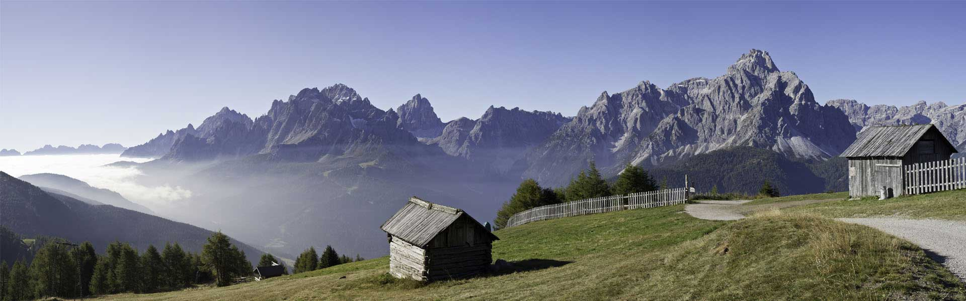 Zwei Hütten in den Bergen
