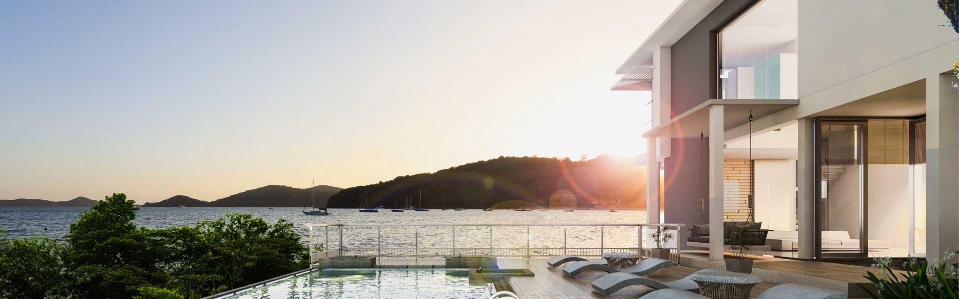 Terasse einer Villa im Sonnenuntergang
