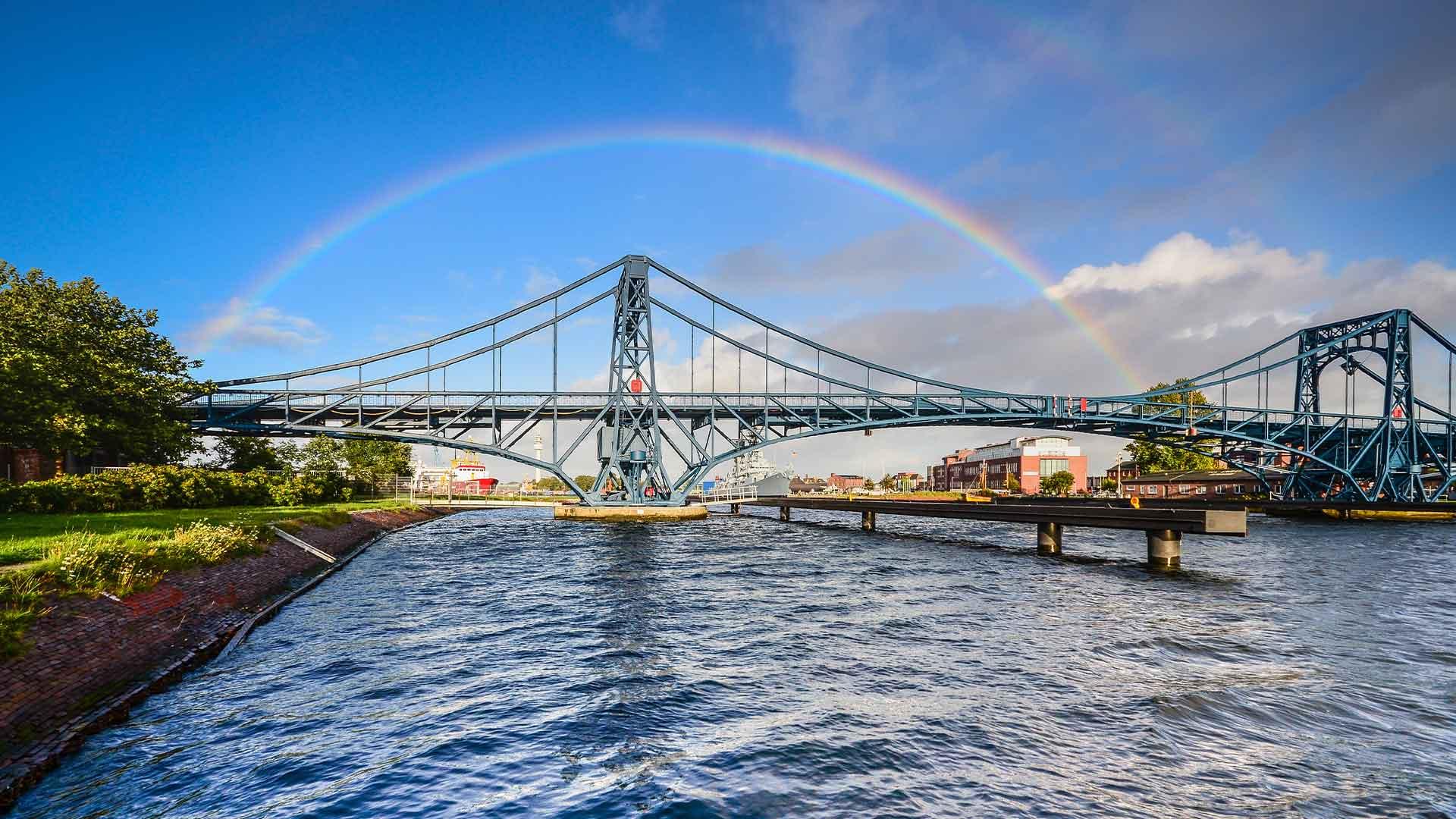 Brücke unter einem Regenbogen