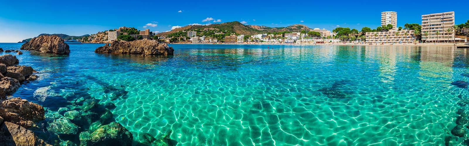 Blaues, klares Wasser am Strand von Mallorca.