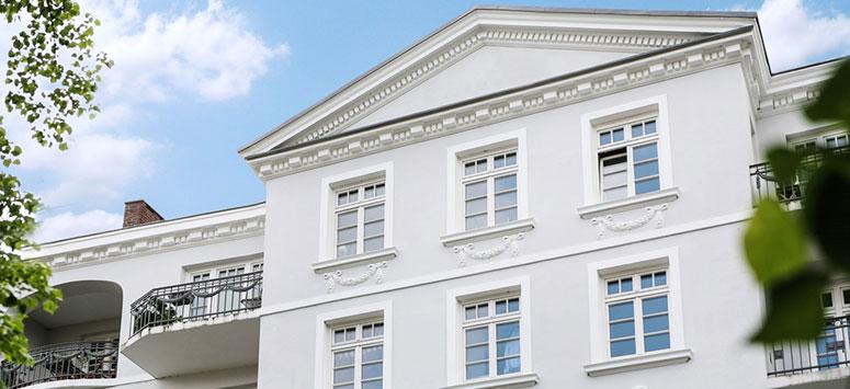 weiße Altbaufassade