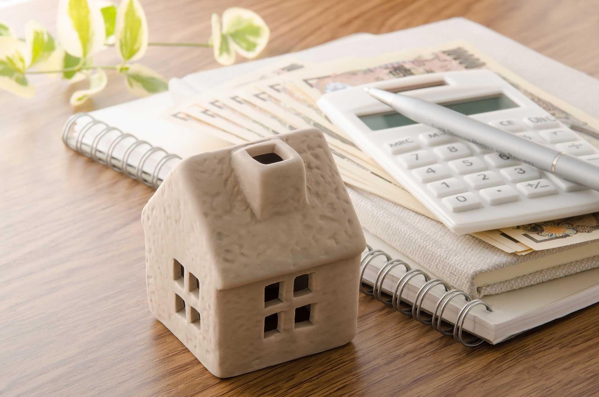 Häusermodell mit Unterlagen