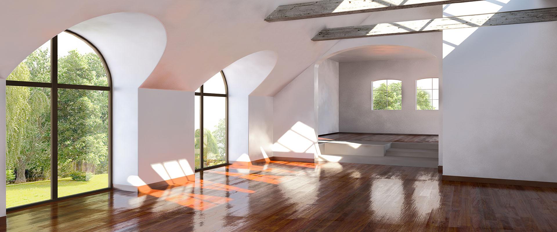 Leere Wohnung mit großen Fenstern