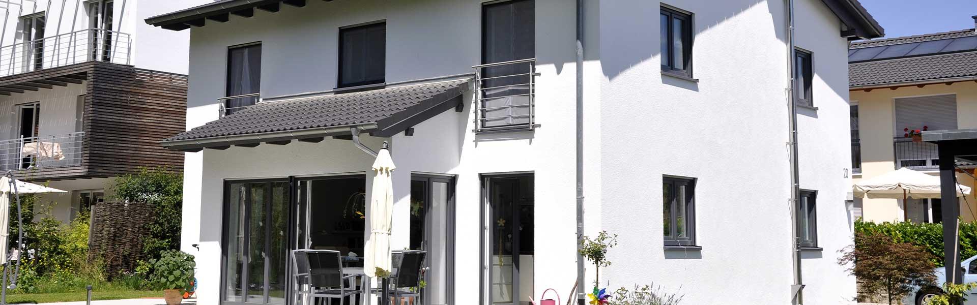 Weiße Häuserfront