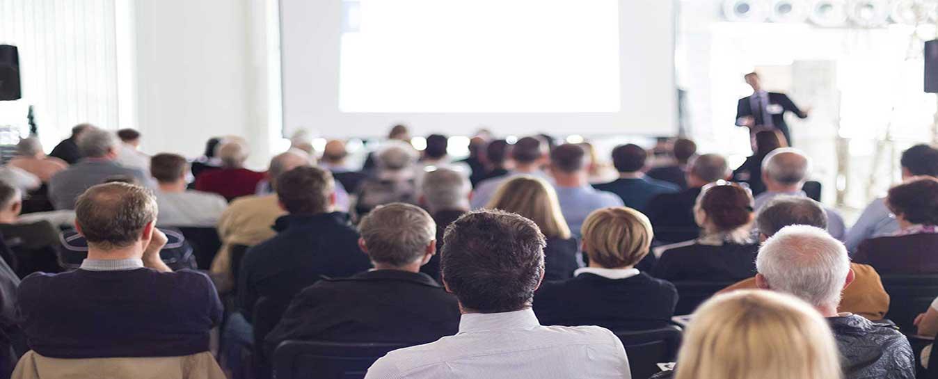 Menschen bei einem Vortrag