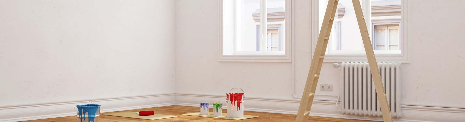 Leeres Zimmer mit Farbeimern
