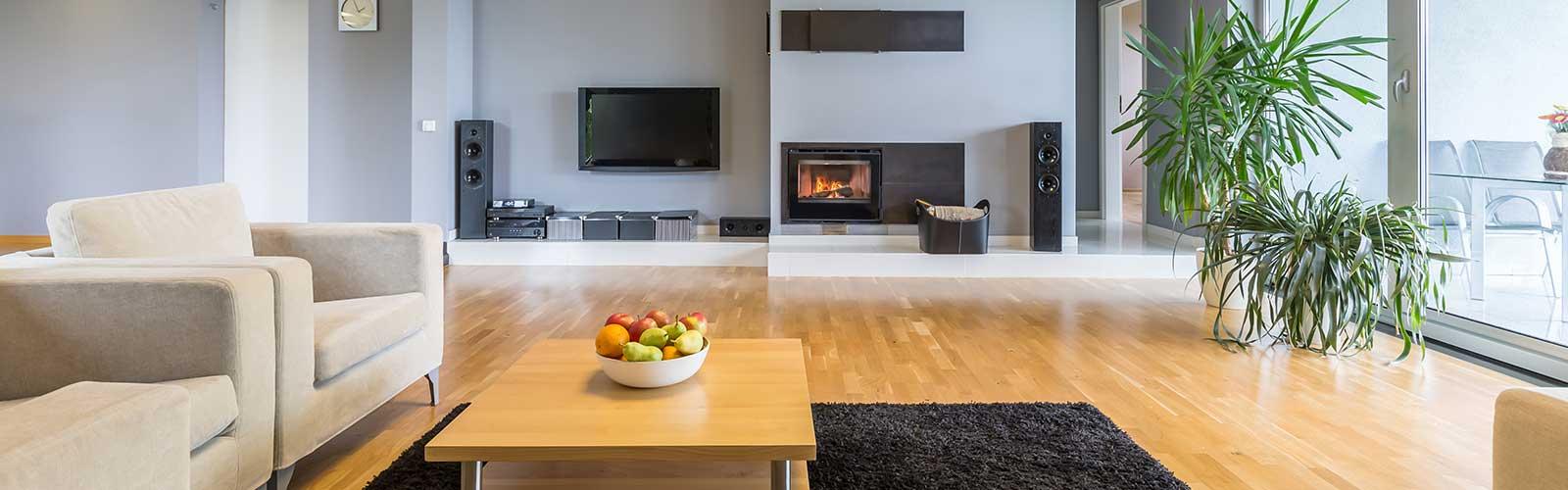 Wohnbereich mit weißen Möbeln