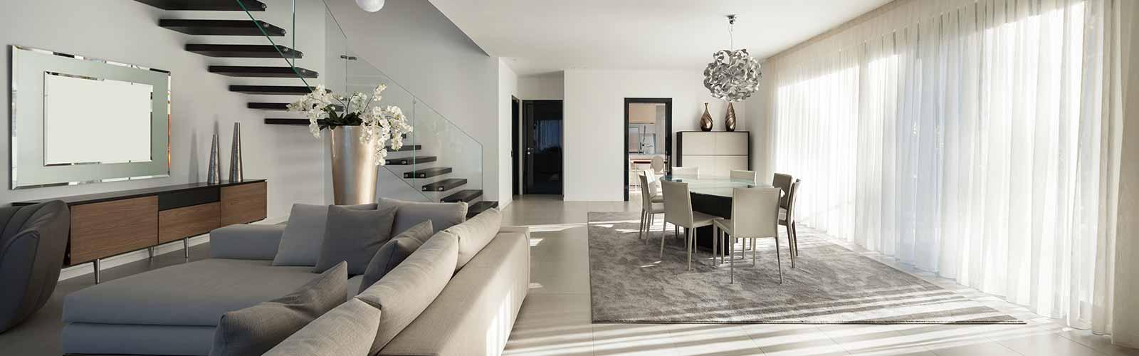 Modern eingerichtetes Wohn- und Esszimmer