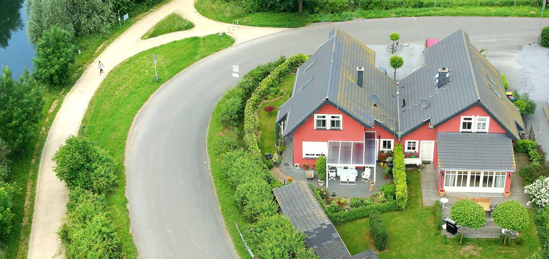 Luftaufnahme von freistehendem Einfamilienhaus