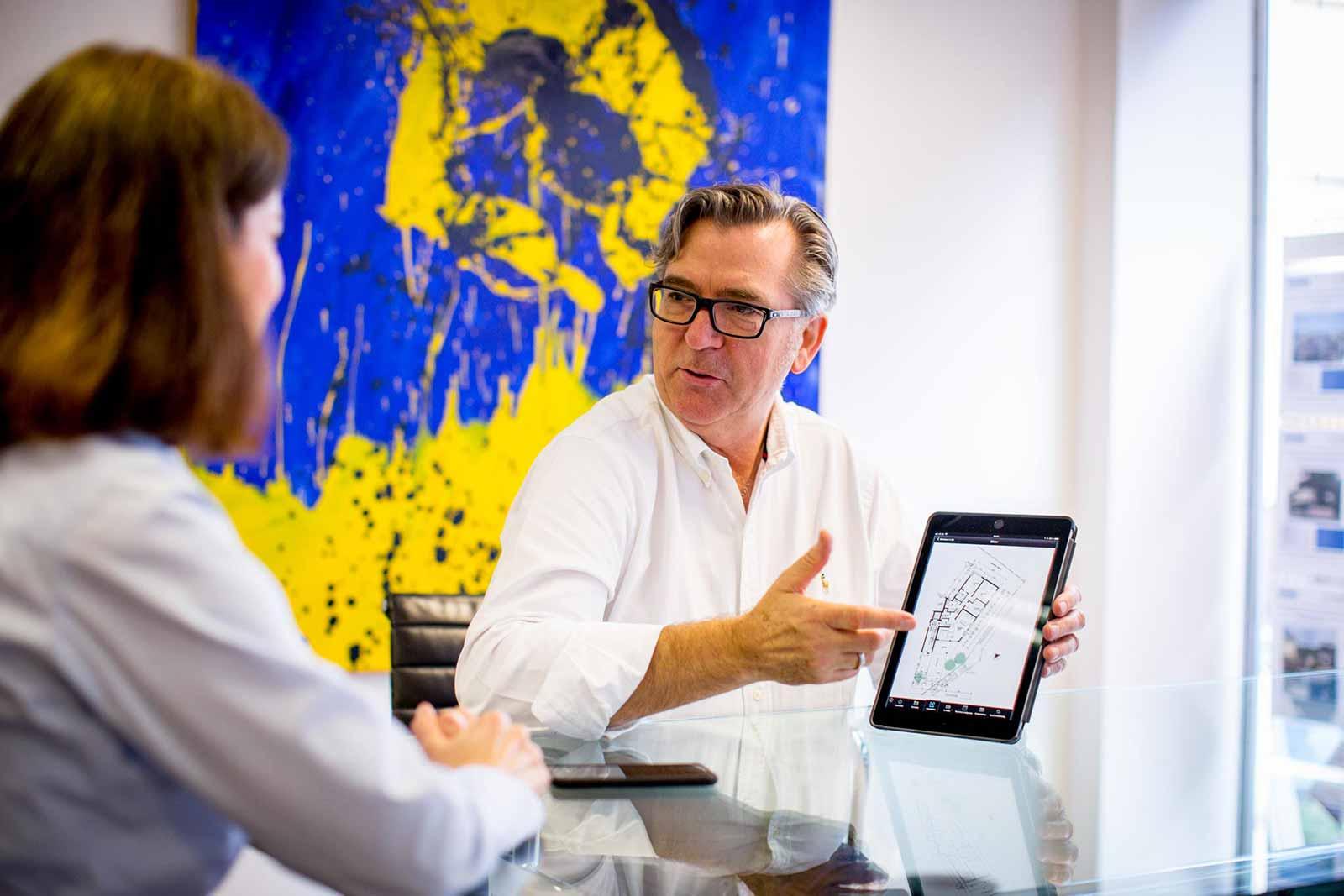 Brandt mit Tablett
