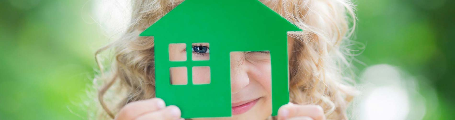 Kind mit Miniaturhaus