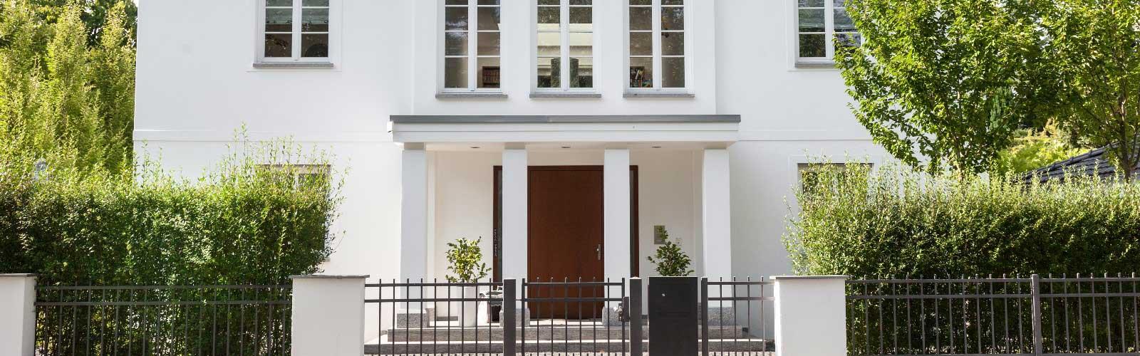 Villa Eingang mit Tor