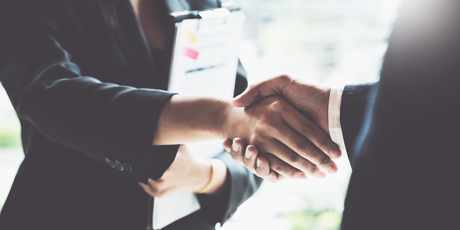 Handschlag nach Vertragsunterzeichnung