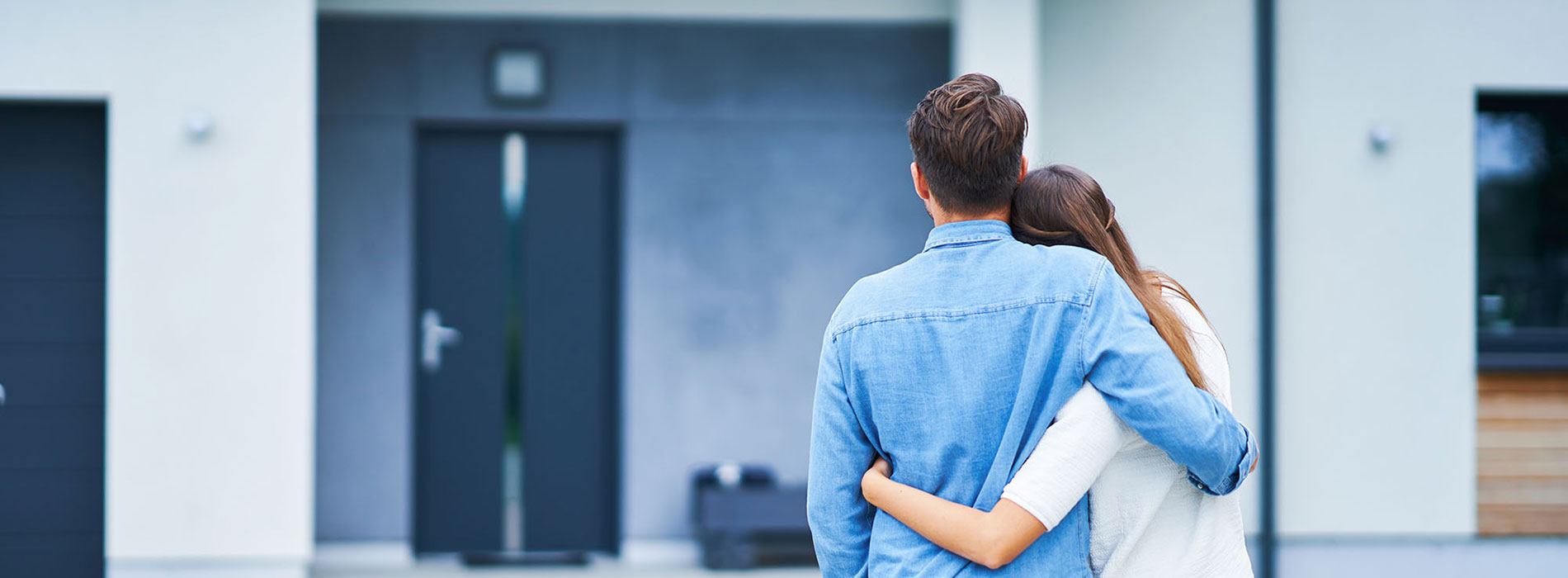 Junges Paar vor neuem Haus
